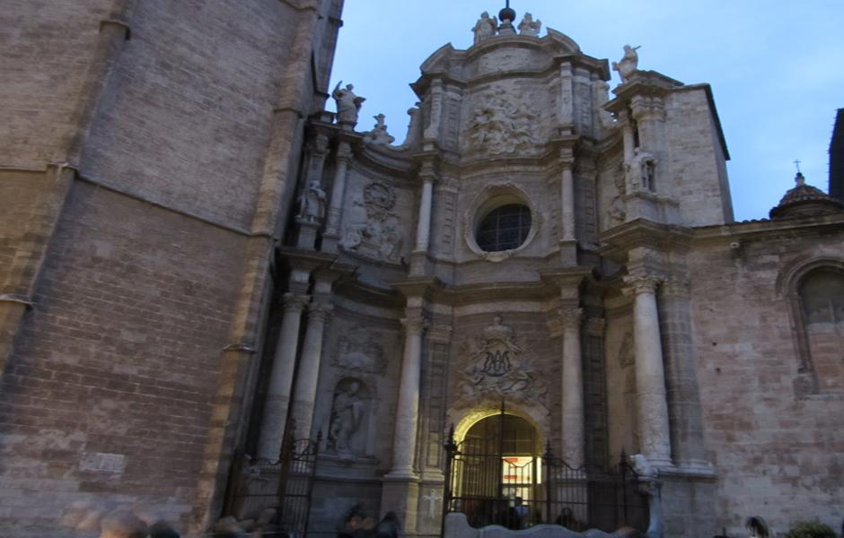 Justo al lado del Micalet se encuentra la puerta principal de la Catedral, llamada Puerta de los Hierros por la reja de hierro que circunda el atrio de entrada
